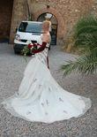 Robe de mariée ivoire et bordeaux de chez Point Mariage - Occasion du Mariage