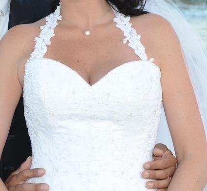Robe de mari e blanche avec perles et strass sur le bustier for Petite occasion habille les mariages