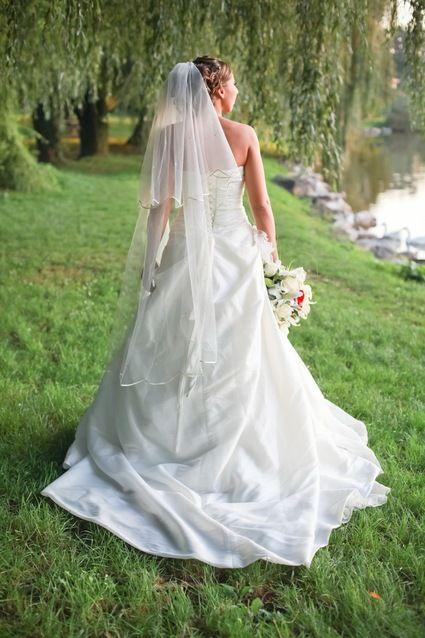 Robe de mariée simple et chic en taffetas ivoire avec traîne ...