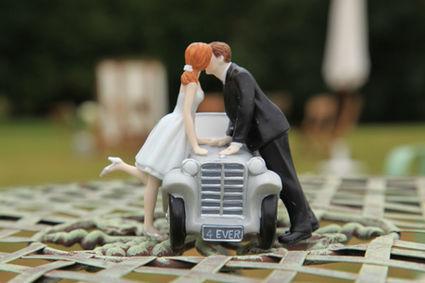 figurine couple et voiture romantique en d co de salle de mariage. Black Bedroom Furniture Sets. Home Design Ideas