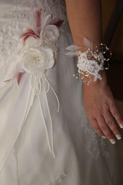 Robe de mariée ivoire avec plumes blanche et bordeaux