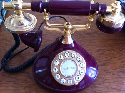 Accessoires vintage vieille valise téléphone et vases