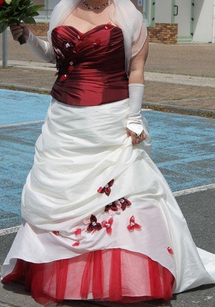 Elégante Robe de mariée bordeaux et ivoire