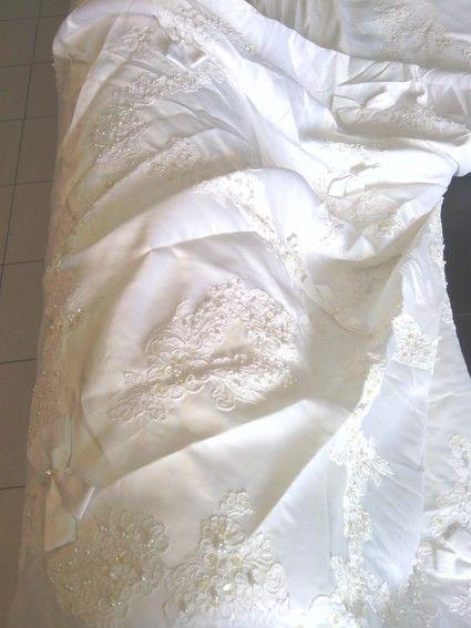 Robe de mariée avec traîne, bustier perlé + voile, gants et coiffe