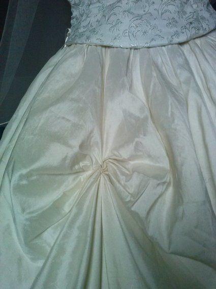 Robe jupe et bustier en soie + guêpière, peigne, chaussures, voile et collier
