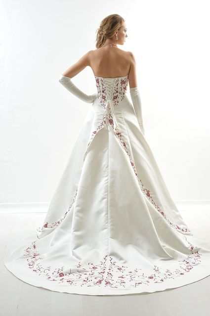 Robe de mariée d'occasion avec jupon, étole bordeaux, jarretière et collier