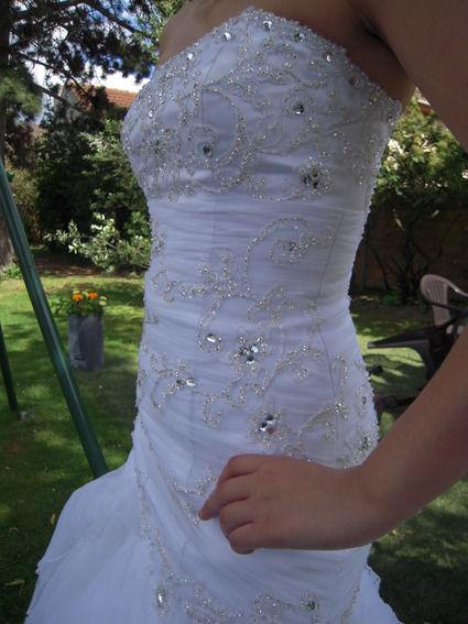 Magnifique robe de mariée blanche forme sirène ornée de perle et strass Swarovski