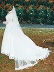 Robe de mariée blanche avec voile, manches longues et deux jupons