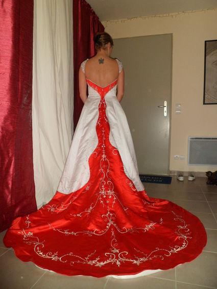 Robe de mariée blanche et rouge jamais servie