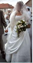 Très belle robe mariée marque DEMETRIOS pas cher avec traine en dentelle et perlée à la poitrine