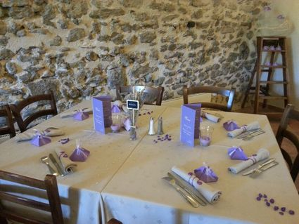 Vases, bougeoirs, ecriteaux, sable et ronds de serviette en déco de mariage