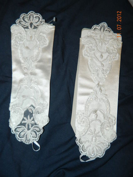 Robe de mariée perlée d'occasion avec jupon, guêpière et mitaines