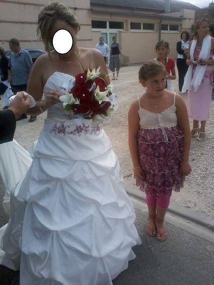 Robe de mariée ivoire et bordeaux crinoline de chez Point Mariage