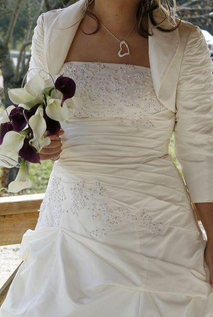 Robe de mariée avec boléro et traîne d'occasion couleur ivoire