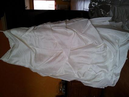Robe de mariée comprenant bustier, jupe, jupon avec cerceau