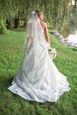 Robe de mariée simple et chic en taffetas ivoire avec traîne cathédrale