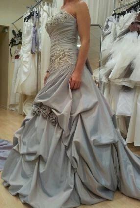 Robe de mariée gris nacré avec traine + jupon d'occasion