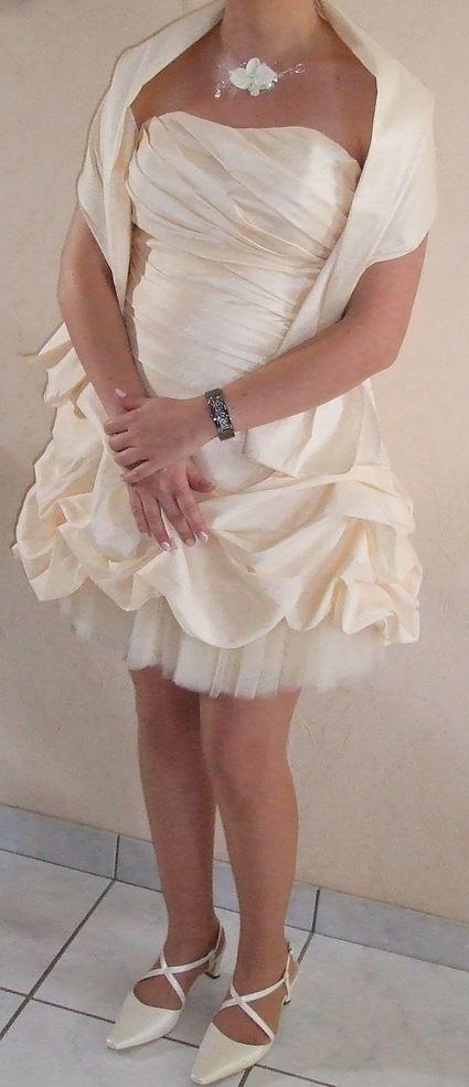 Robe de mariée courte bustier avec étole et chaussures et collier