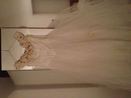 Robe de mariée pas cher, décolleté avec des roses