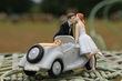 Figurine couple et voiture romantique en déco de salle de mariage