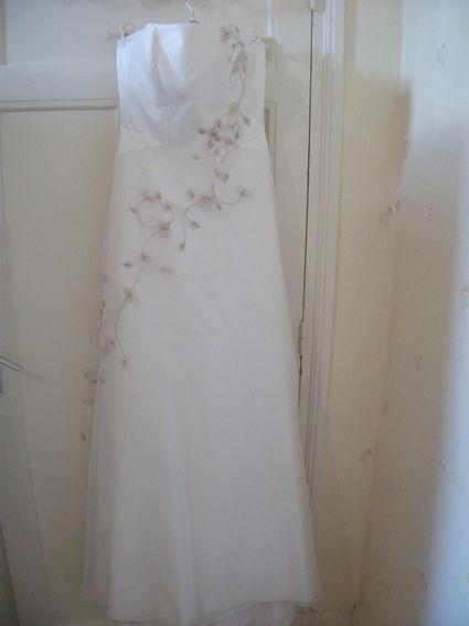 Robe de mariée pas cher couleur crème forme bustier et trapèze pour la jupe