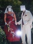 Robe de mariée d'occasion couleur bordeaux et dentelle blanche