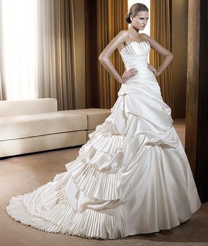 Robe de mariée Pronovias pas cher en satin et laçage dans le dos