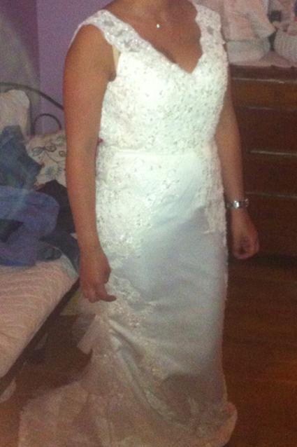 Robe de mariée blanc cassé avec traîne et ceinture en dentelle