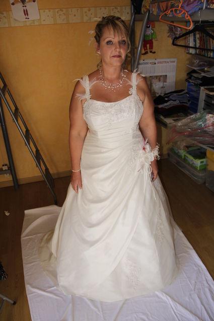 robe de mariée avec bretelle orné de plumes