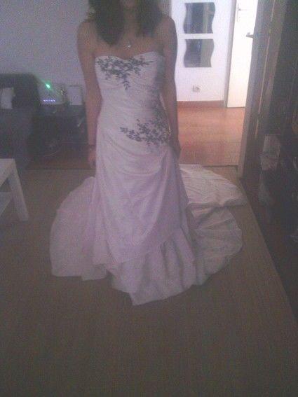 Robe de mariée d'occasion taille 36 Princesse  bustier parsemée de perles noires.