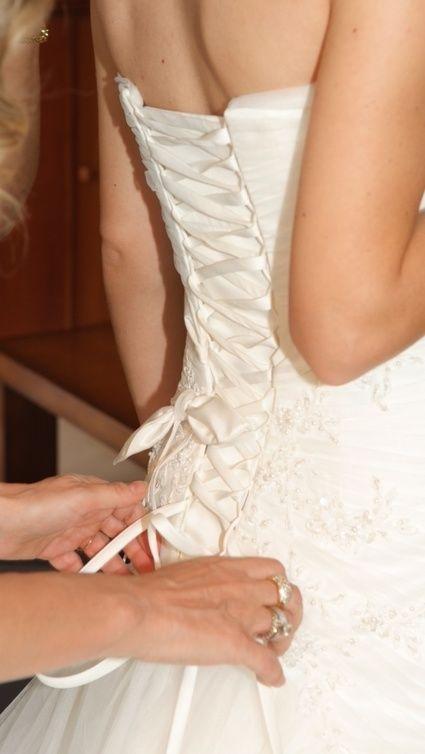 Magnifique robe de mariée bustier et longue traîne en dentelle perlée