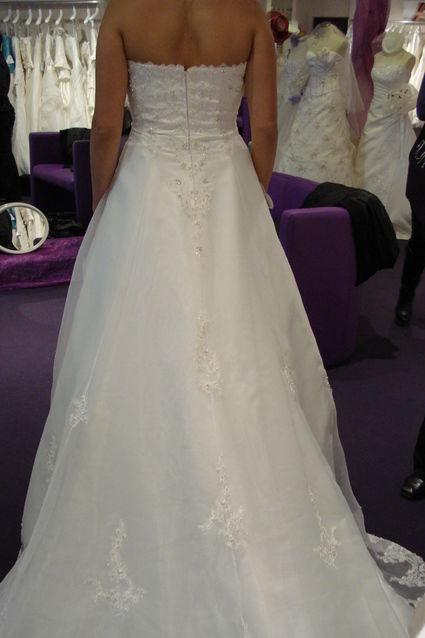 Robe de mariée d'occasion avec un voile cristaux long et une crinoline princesse