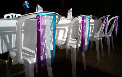 Déco de chaise en rubans turquoise blanc violet