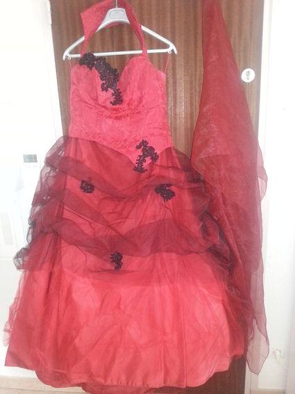 Robe rouge et noire avec bustier, jupe et traîne pas cher