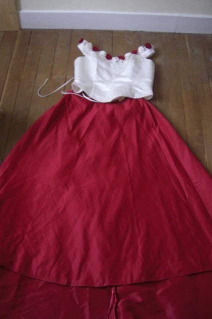 Robe de mariée longue pas cher avec jupe traîne rouge bordeaux et bustier écru