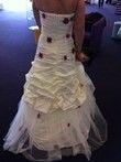 Robe de mariée bustier d'occasion T38 collection 2012 avec fleurs bordeaux