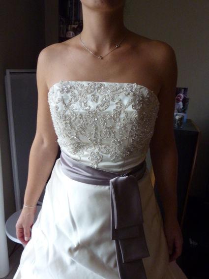 Robe de mariée modèle Pérou blanc cassé et taupe doccasion