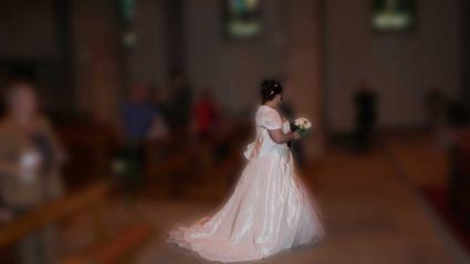 Robe de mariée avec belle traîne de chez Point Mariage