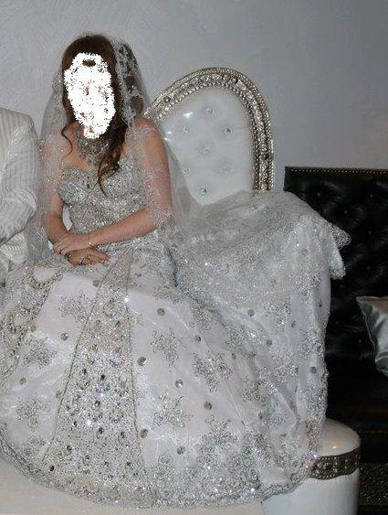 Robe de mariée blanche remplie de perles et de strass en occasion