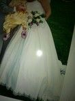 Robe de mariée blanche avec longue traine, bustier fine bretelles perlées