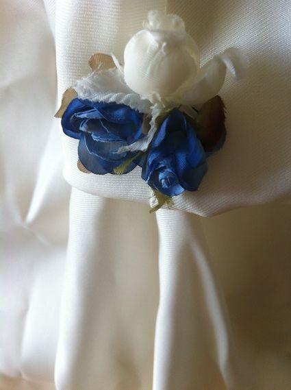 Robe de mariée en deux parties bleu et blanc avec des fleurs bleues sur la jupe