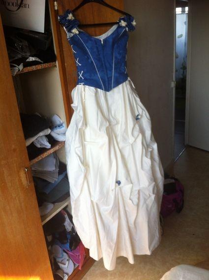 robe de mari e en deux parties bleu et blanc avec des. Black Bedroom Furniture Sets. Home Design Ideas