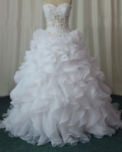 Magnifique robe de mariée pas cher avec bustier corset et jupon 2012 - Occasion du Mariage