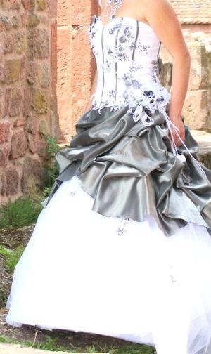 Robe de mariée d'occasion avec corset en tissus gris