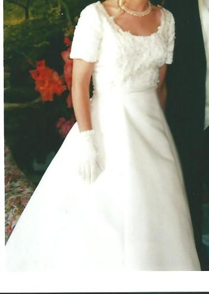 Robe de mariage couleur champagne taille empire et bustier manches courtes