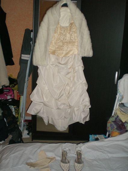 Robe de mariée neuve, bustier champagne et jupe ivoire avec étole et jupon