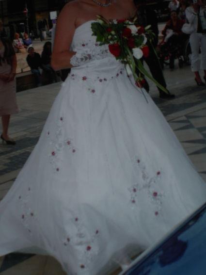 Robe de mariée bustier blanche et bordeaux avec gants et jupon
