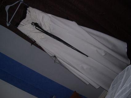 Robe de mariée grande taille noire et blanche avec jupon, gants et chaussures