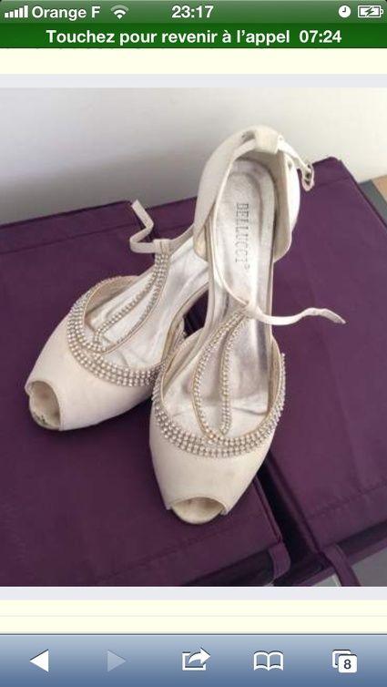 Chaussures blanches avec un bijou taille 41