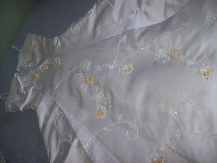 Robe de mariée d'occasion perlée avec petites bretelles et jupon